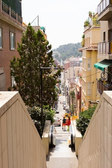 Strada stretta a barcellona, la capitale della comunità autonoma della catalogna nel regno di spagna