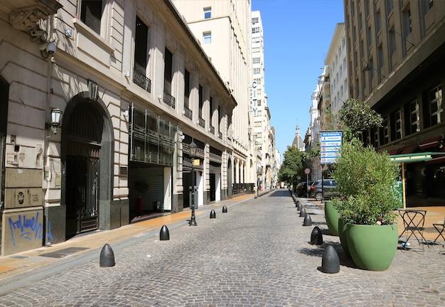 Strada stretta con splendidi edifici nel centro cittadino di buenos aires, argentina, sud america