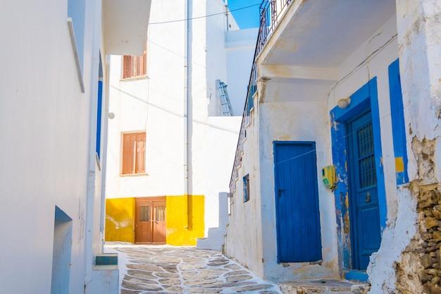Strada stretta con le tradizionali case greche rustiche nel villaggio sull'isola di paros, grecia
