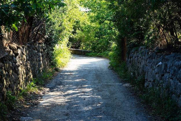 Strade strette in un villaggio di montagna in crimea