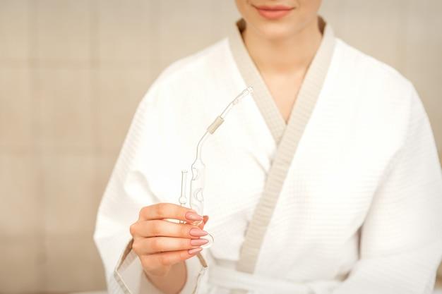 Maholda inalatore di olio essenziale nasale nelle mani di una giovane donna nel centro termale