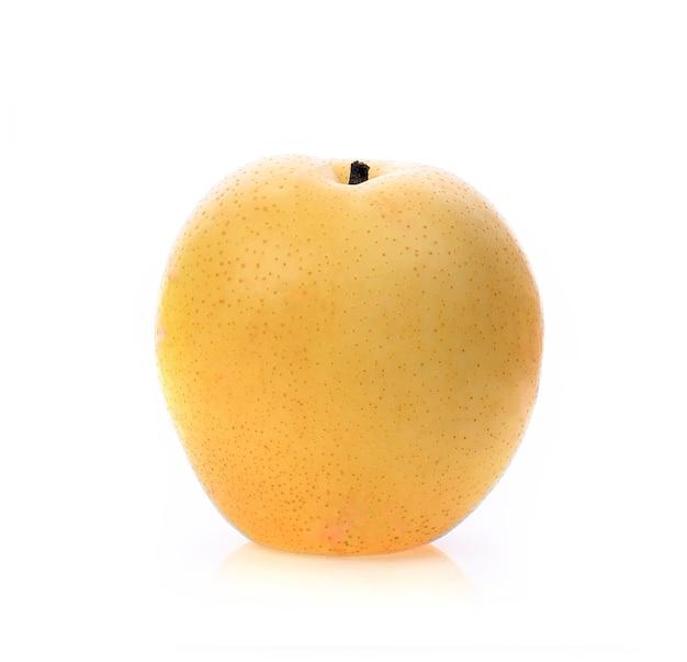 Frutto di pera nashi isolato su sfondo bianco