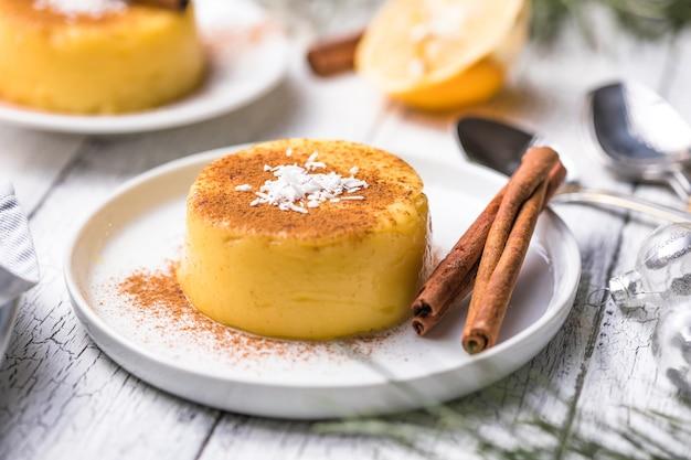 Natilla budino alla crema colombiano o spagnolo e cannella