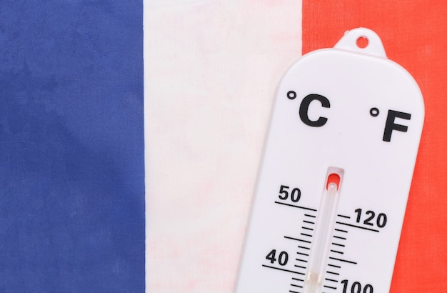 Controllo della temperatura ambiente nazionale. termometro meteorologico sullo sfondo della bandiera della francia. concetto di riscaldamento globale