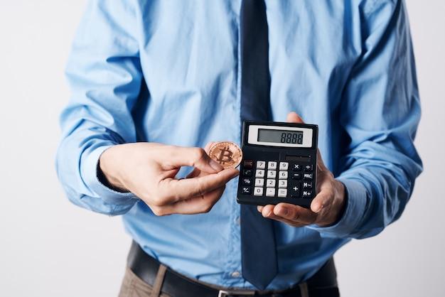 Uomo d'affari nazionale in camicia blu criptovaluta bitcoin finanza sfondo chiaro