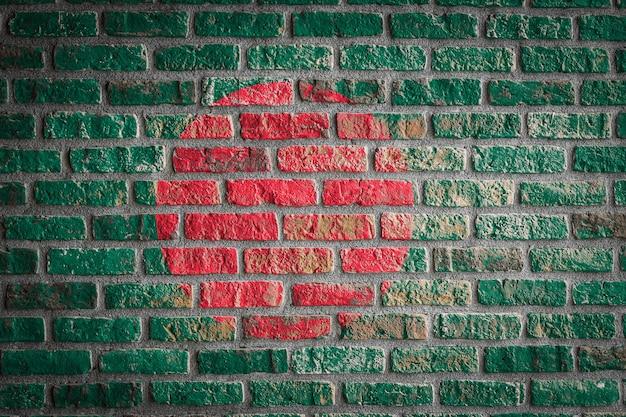 Bandiera nazionale del bangladesh su un vecchio muro di mattoni