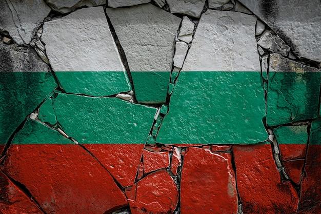 Bandiera nazionale della bulgaria su un vecchio muro di pietra