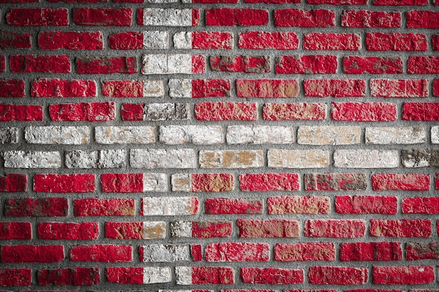 Bandiera nazionale della danimarca su un vecchio muro di mattoni