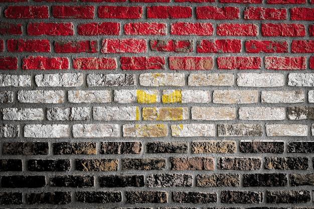 Bandiera nazionale dell'egitto su un vecchio muro di mattoni
