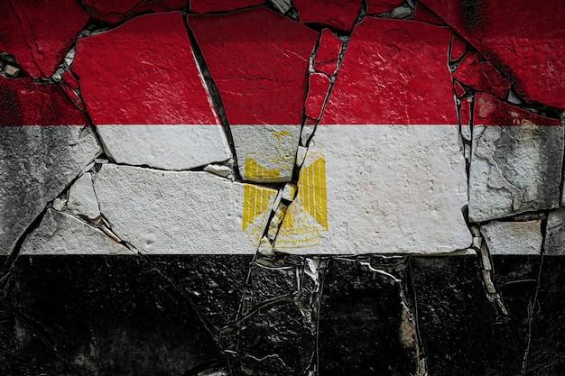 Bandiera nazionale dell'egitto su un vecchio muro di pietra