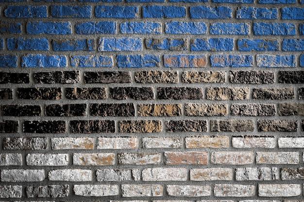 Bandiera nazionale dell'estonia su un vecchio muro di mattoni