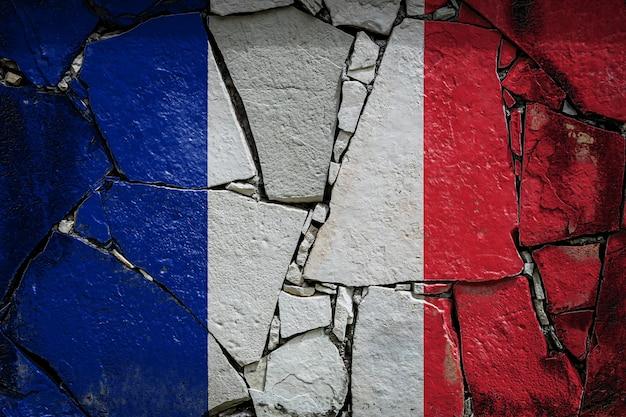 Bandiera nazionale della francia su un vecchio muro di pietra