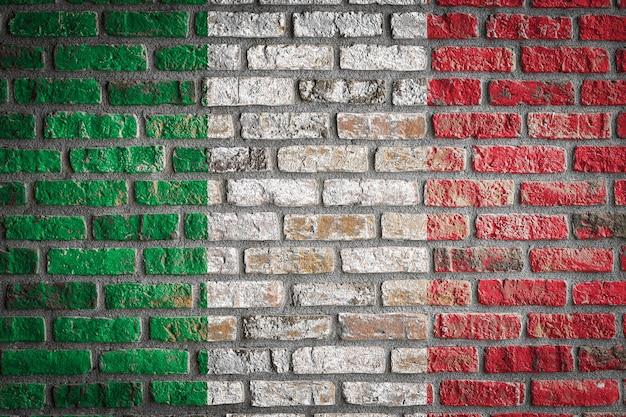 Bandiera nazionale d'italia su un vecchio muro di mattoni