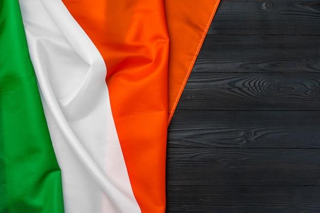 Bandiera nazionale dell'italia su sfondo di legno, copia dello spazio