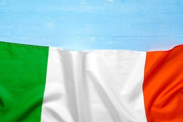 Bandiera nazionale dell'italia su sfondo di legno