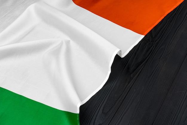 Bandiera nazionale dell'italia su una superficie di legno, copia dello spazio