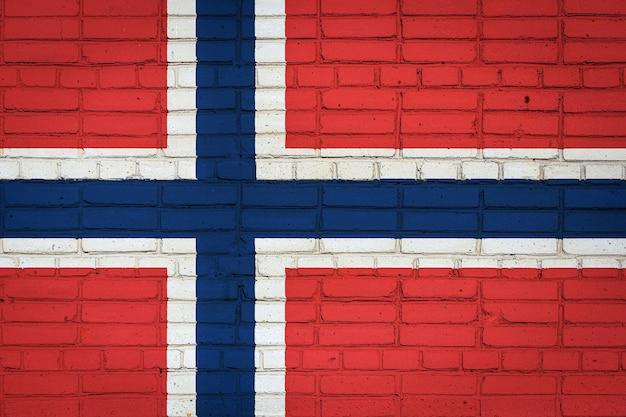 Bandiera nazionale della norvegia raffigurante su un vecchio muro di mattoni