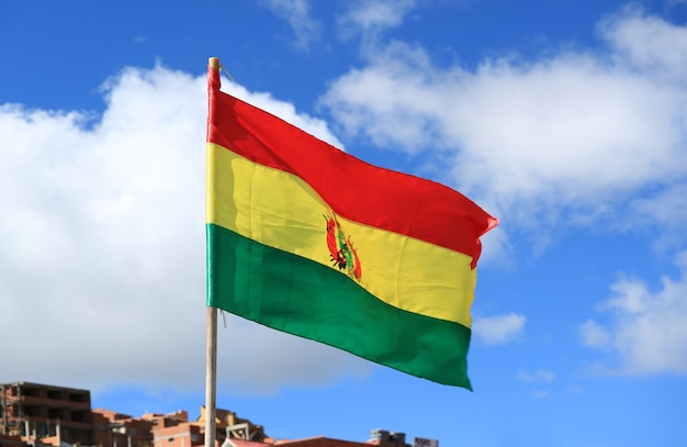 Bandiera nazionale dello stato plurinazionale della bolivia sventolando su sunny blue sky, bolivia, sud america Foto Premium
