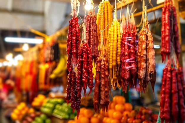 Dolci georgiani nazionali con i dadi churchhela nel mercato