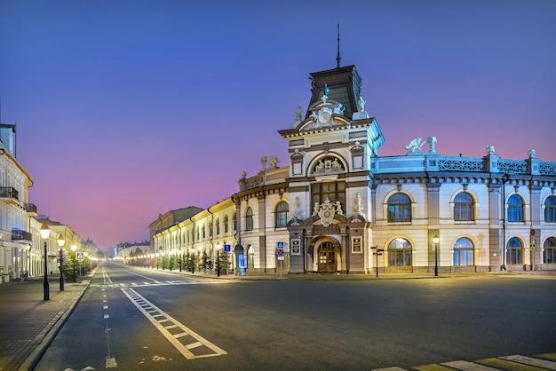 Museo nazionale del tatarstan il 1 maggio piazza a kazan e via kremlyovskaya alla luce delle luci notturne. didascalia: museo nazionale della repubblica del tatarstan