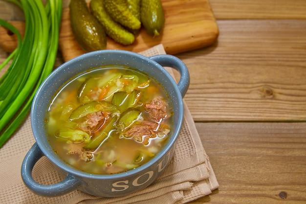 Cucina nazionale russa (ucraina, polacca). zuppa di sottaceti con sottaceti fermentati.