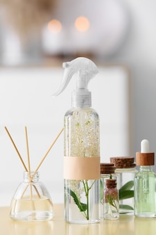 Deodorante naturale e olio essenziale sul tavolo in camera