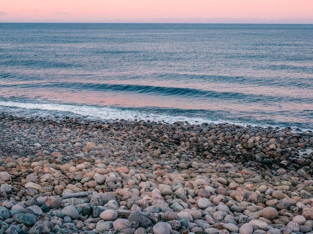 Sfondo naturale di ciottoli in riva al mare