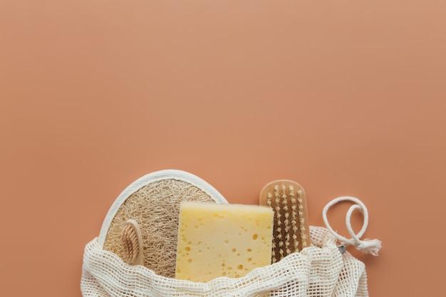Accessori da bagno naturali, set di accessori da bagno naturali, prodotti ecologici su fondo beige. foto di alta qualità