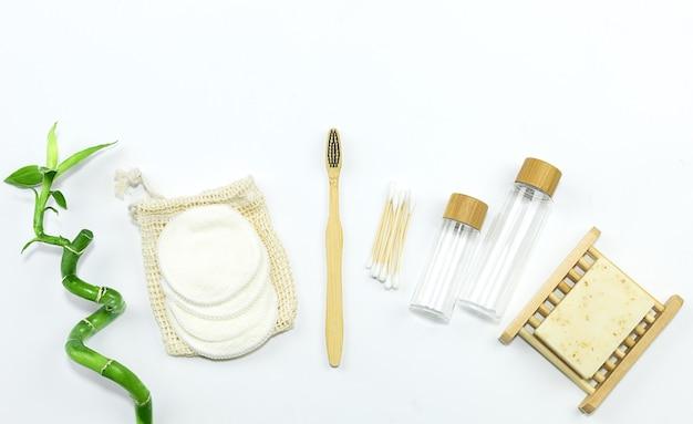 Prodotti per la cura della bellezza naturale concetto zero rifiutibambù spazzolino da denti sapone tampone di cotone