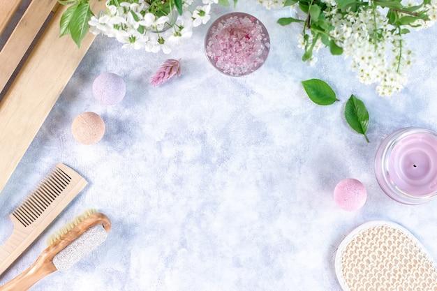 Prodotti e accessori naturali per la cura del corpo sono decorati con fiori e foglie. spa ecologica, concetto di cosmetici di bellezza con spazio di copia.