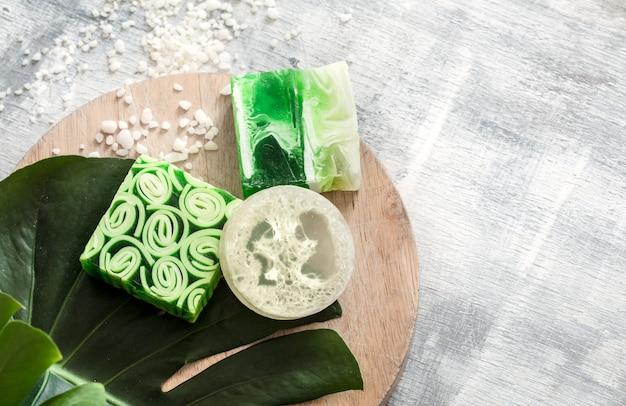 Cosmetici naturali luminosi e sapone fatto a mano