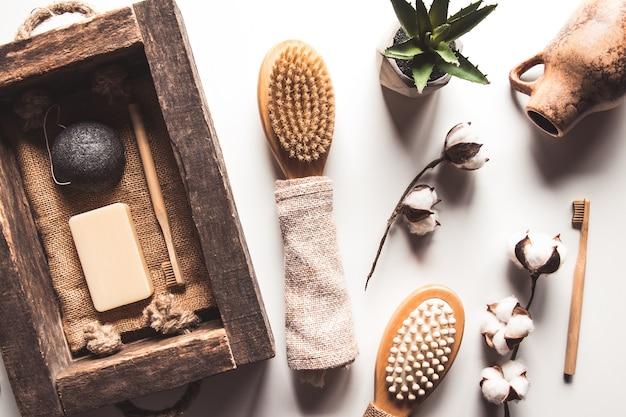 Spazzole naturali in legno e sapone sullo sfondo del cemento