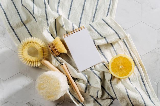 Prodotti per la pulizia naturali al limone, spazzole per piatti in bambù con taccuino. ecologico. rifiuti zero concetto. senza plastica.