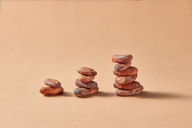 Colonne di fave di cacao naturali