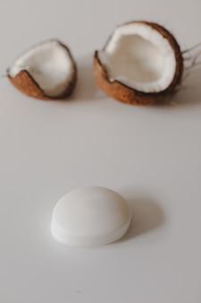 Sapone di cocco naturale isolato su sfondo bianco
