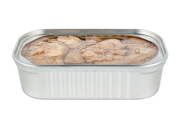 Fegato di merluzzo naturale in barattolo di latta rettangolare aperto senza coperchio isolato su bianco