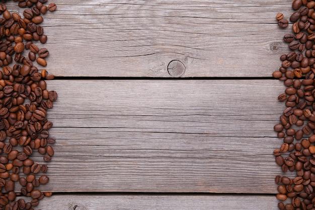 Chicchi di caffè naturali su legno grigio