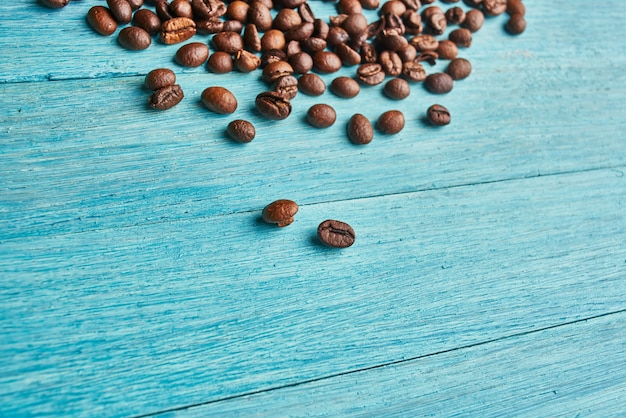 Caffè naturale la bevanda calda ha rovesciato i grani vista da sopra. foto di alta qualità