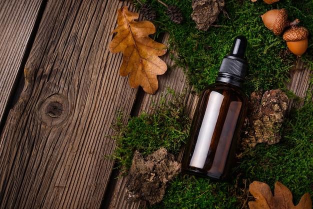 Concetto cosmetico naturale con bottiglia di vetro