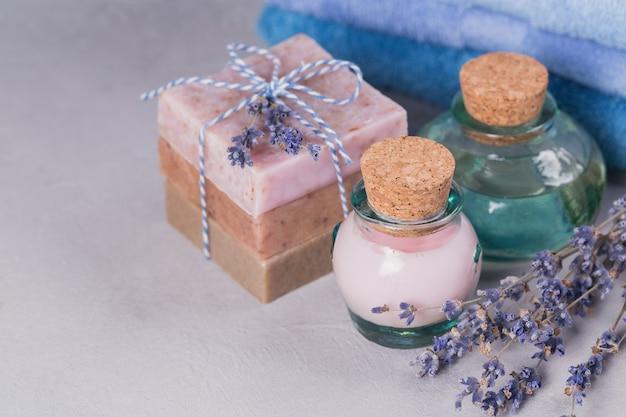 Olio cosmetico naturale, crema e sapone naturale fatto a mano con lavanda su sfondo chiaro. cura della pelle sana. aromaterapia, spa e concetto di benessere