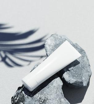 Modello di presentazione del prodotto cosmetico naturale. pietre grigie e vasetto cosmetico blanc ombra foglia di palma. bsfondo bianco. contenuto dell'illustrazione 3d