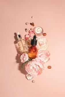 Cosmetici naturali, siero bio e oli biologici per la cura della pelle abbinati ai fiori. concetto pastello monocromatico di cura della pelle naturale