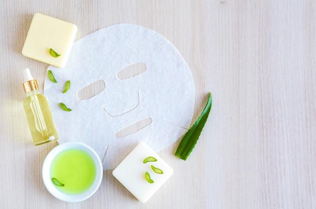 Cosmetici naturali per la cura della pelle del viso con estratto di aloe vera su un legno con spazio di copia. concetto di bellezza. maschera cosmetica
