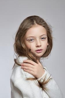 Cosmetici naturali per ragazze. ritratto di bellezza di una ragazza romantica con bei capelli lunghi, un sorriso sul viso