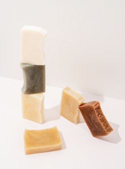 Cosmetici naturali. composizione di sapone fatto a mano, pila di sapone naturale organico su sfondo bianco