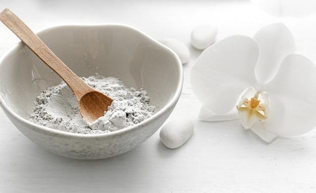 Cosmetici naturali per trattamenti termali a casa o in salone, maschera facciale a casa.