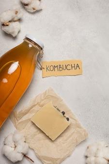 Cosmetici naturali, sapone kombucha. l'iscrizione sull'etichetta
