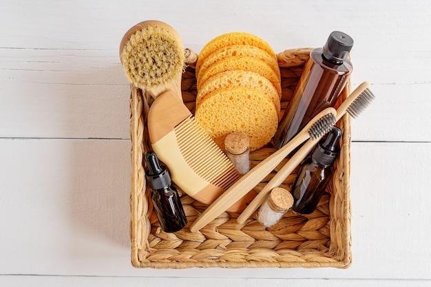 Prodotti cosmetici naturali. prodotti cosmetici per la cura del corpo e del viso e accessori in un cesto su sfondo bianco.