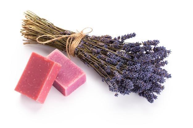 Cosmetici naturali con lavanda e arancia, limone per spa fatta in casa su sfondo bianco vista dall'alto mock up.
