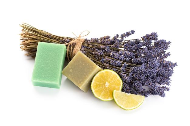 Cosmetici naturali con lavanda e arancia, limone per spa fatta in casa su sfondo bianco